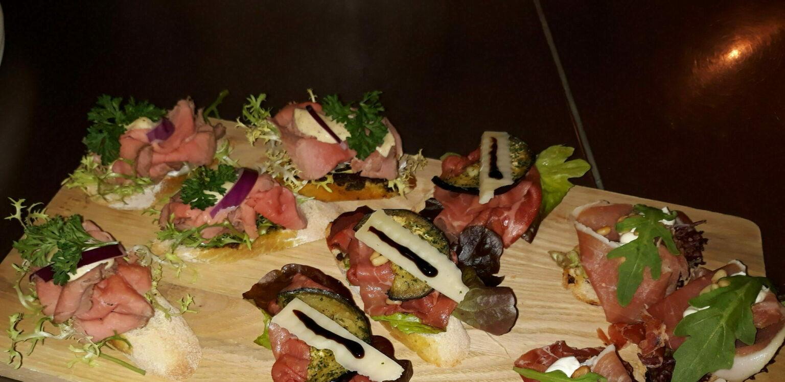 Canapes belegd met 3 soorten vlees